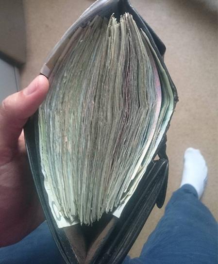kupa pieniędzy, złotówek, portfel napchany kasą